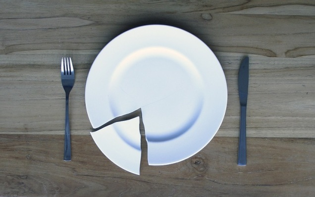 broken-plate-on-a-wooden-table-840112_1280